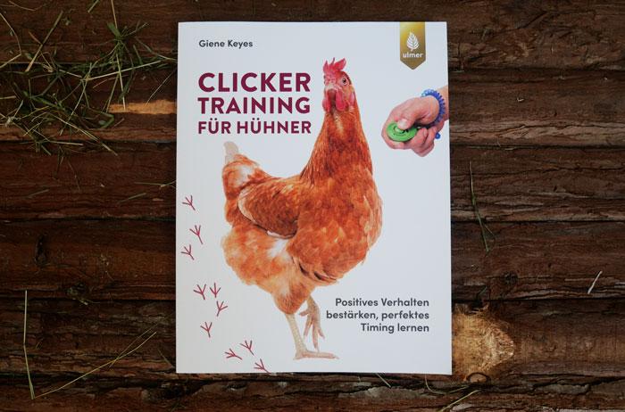 Buch Clickertraining für Hühner von Giene Keyes auf Holzfläche