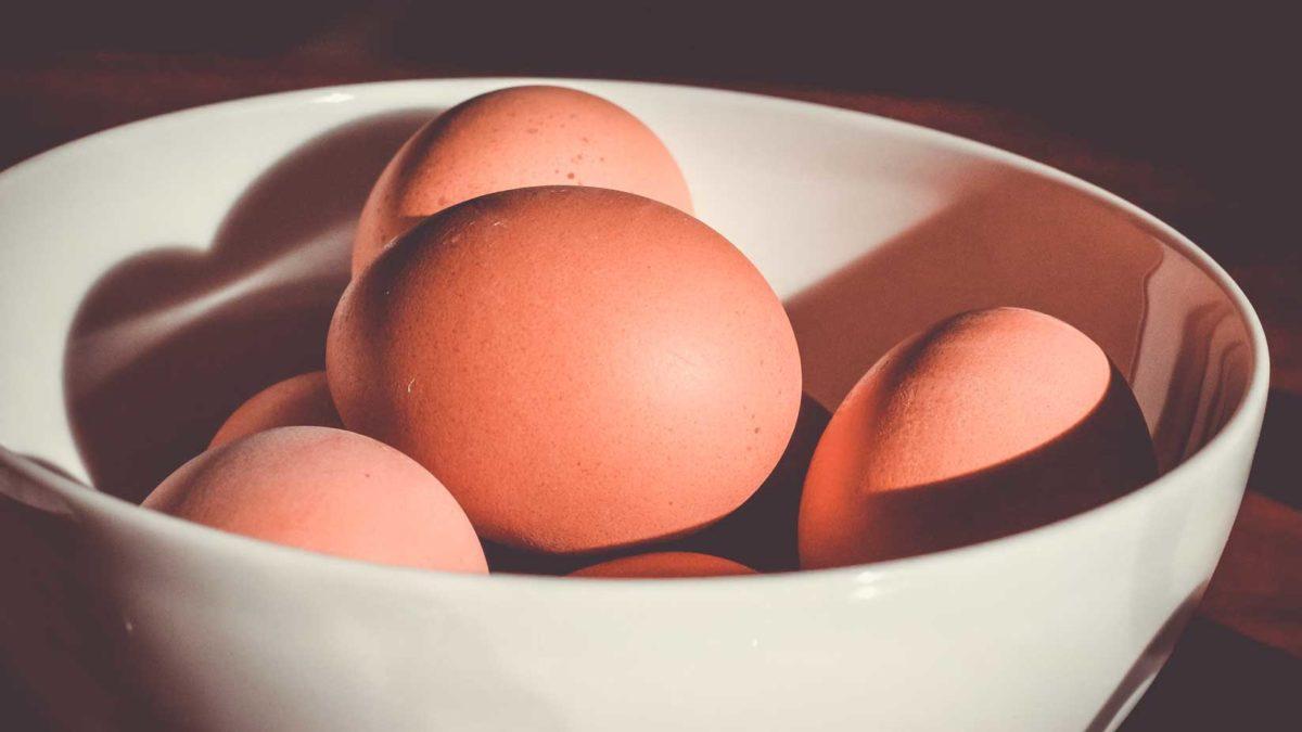 Hühnereier in einer Schale